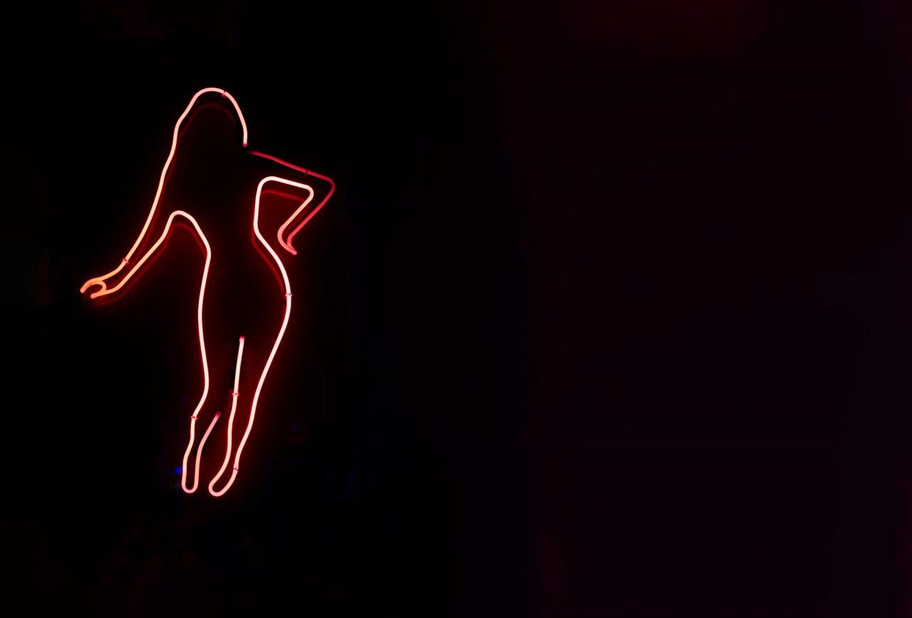 Kvinnekroppen i neonlys
