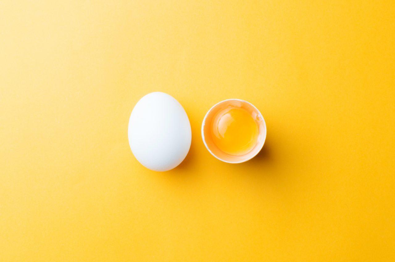 Eggeplomme på en gul bakgrunn