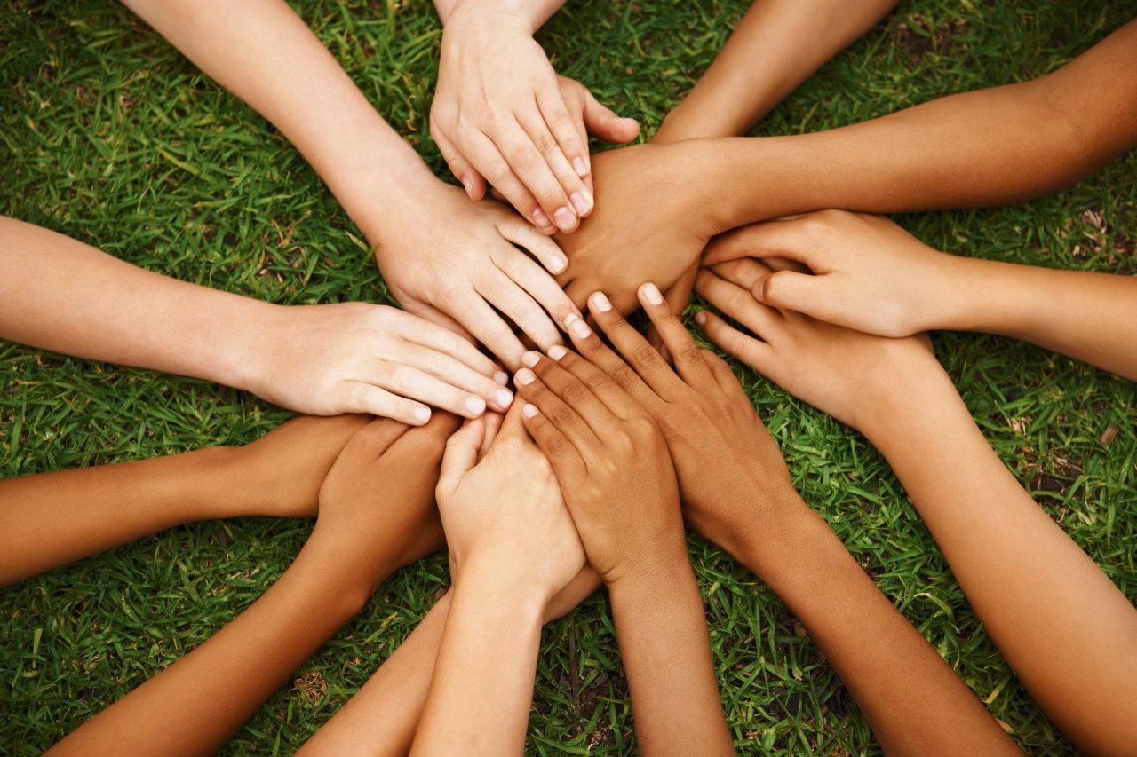 Barnehender med forskjellige etnisitet