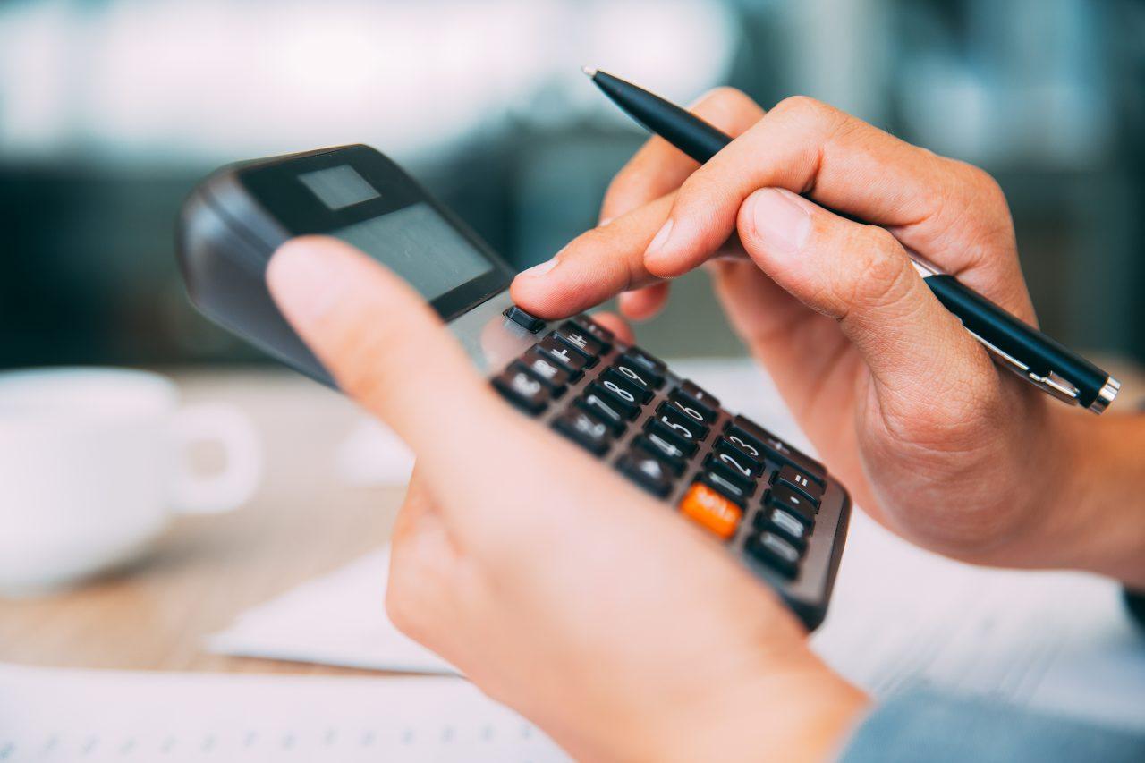 Nærbilde av noen som holder en kalkulator