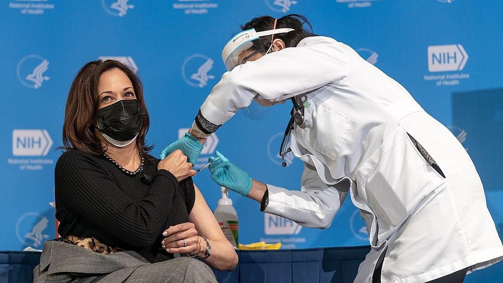 Visepresident i USA, Kamala Harris, får sin covid-19-vaksine