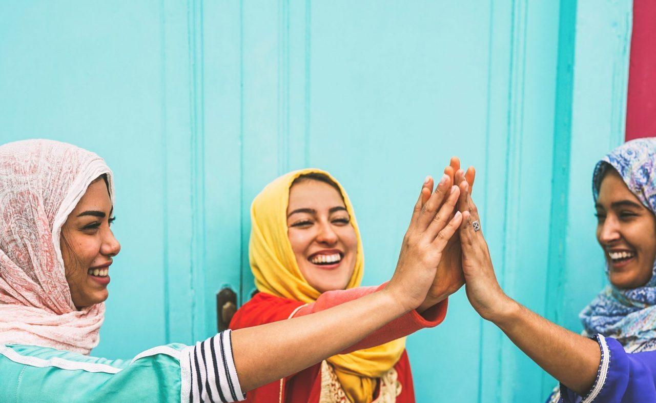Glade muslimske jenter gir hverandre high five