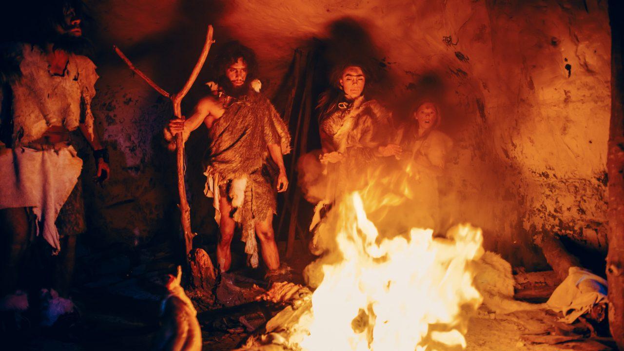 Prehistoriske mennesker rundt bålet