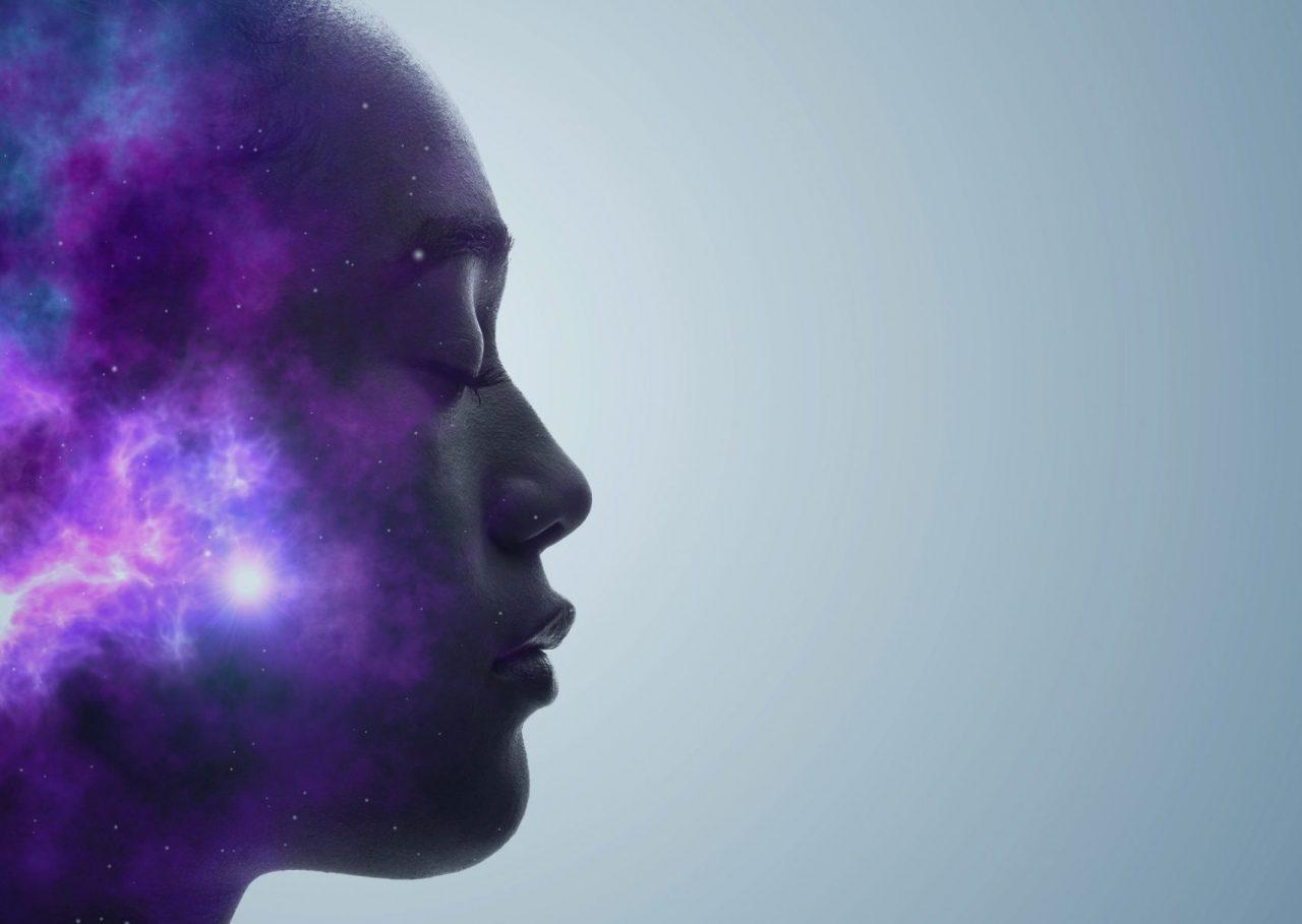 Kvinne med universet i hodet