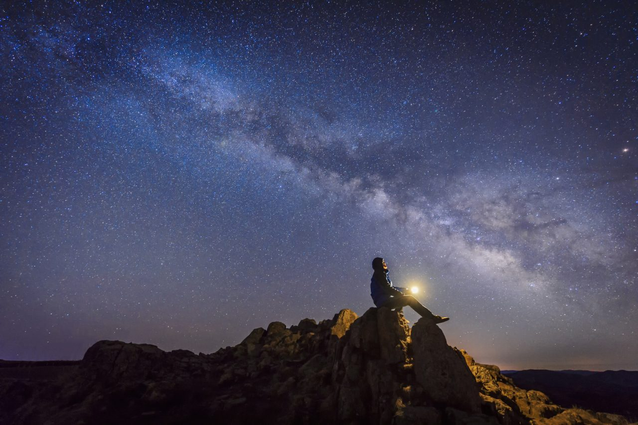 Mann ser opp mot stjernene