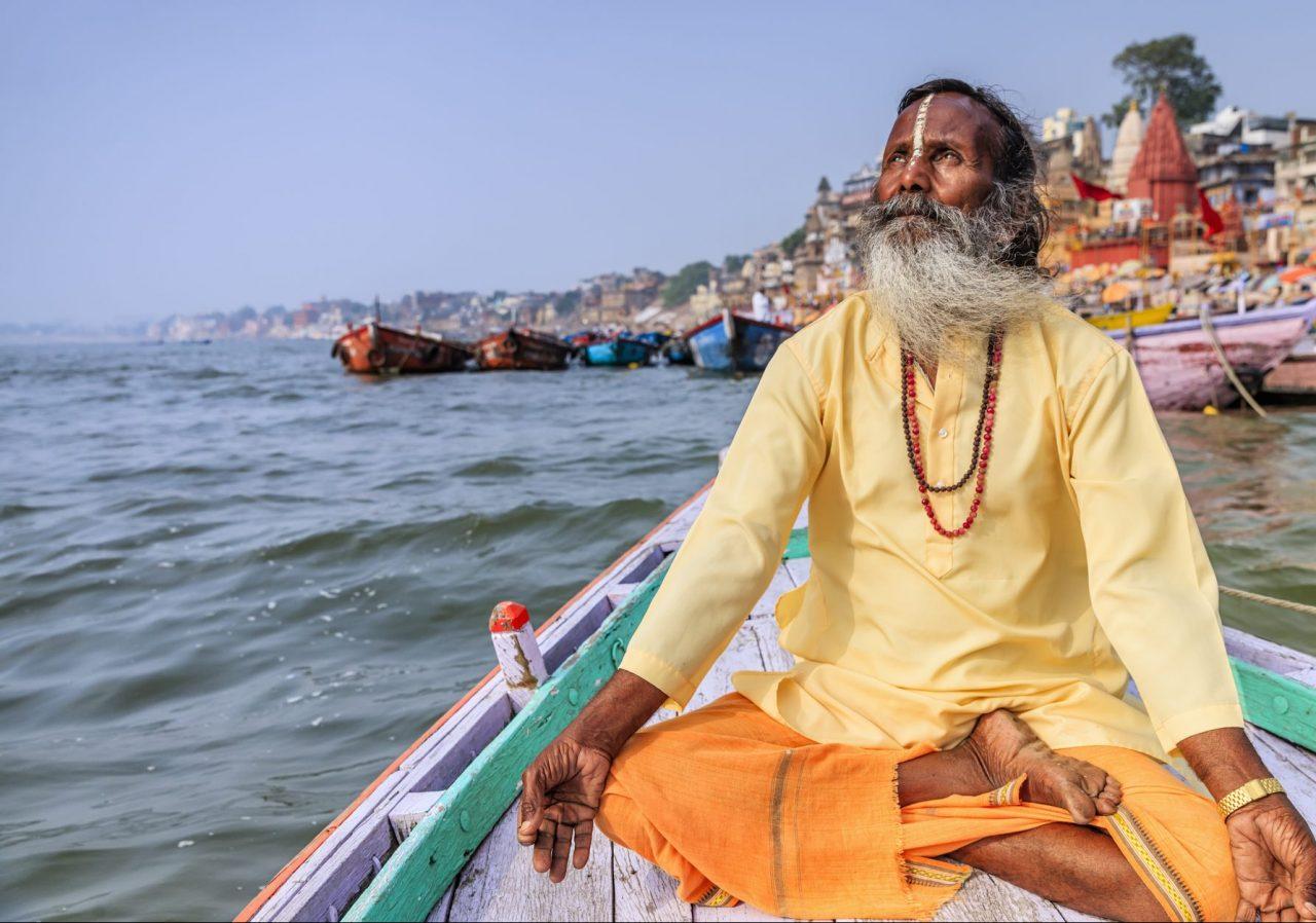 Munk mediterer på en båt i Ganges, India