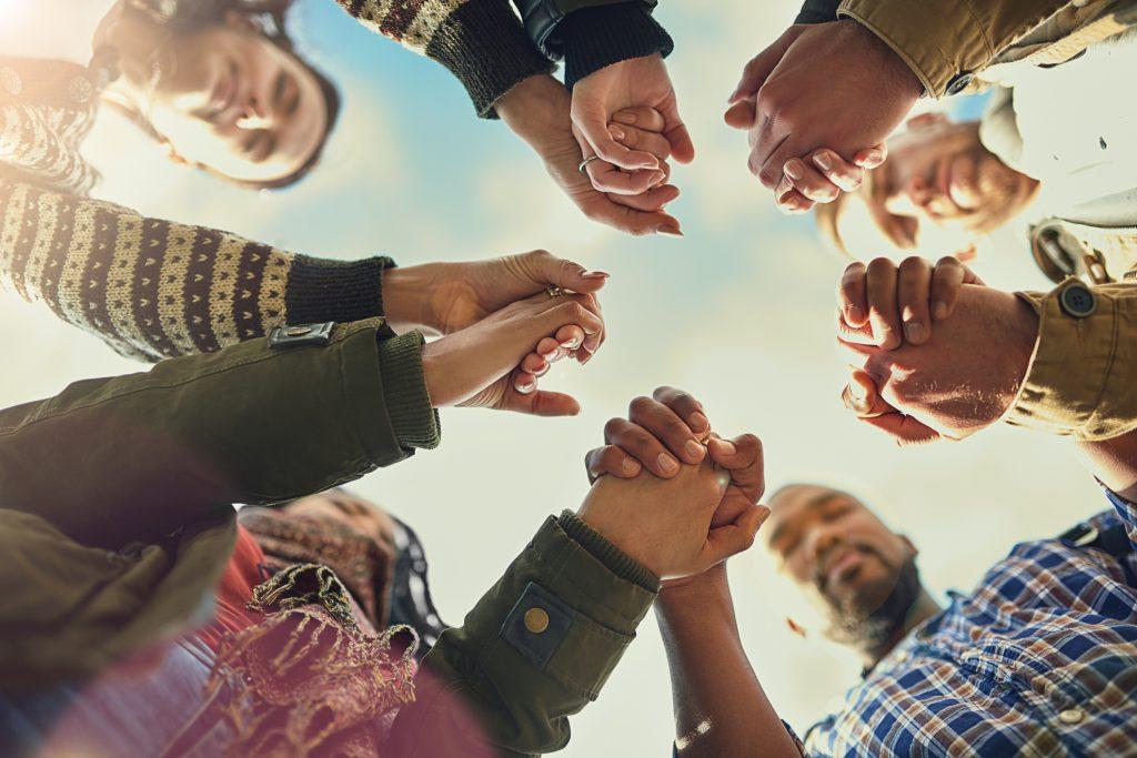 Mennesker som holder hender