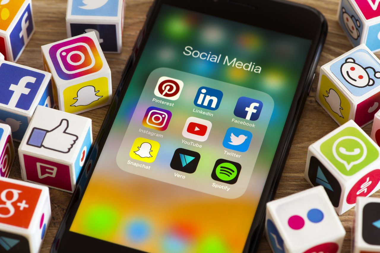 En mobil med ikoner for sosiale medier