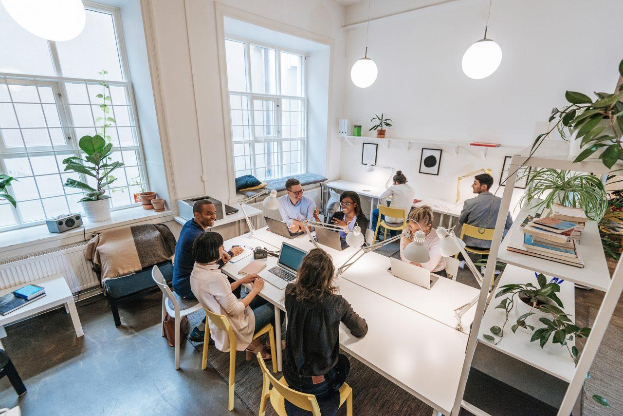 Gode kolleger jobber sammen på et kontor