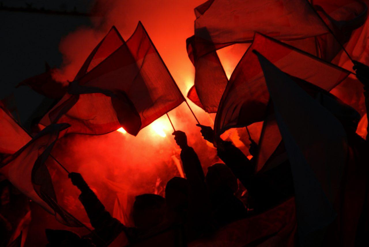 Eksremister holder opp flagg og demonstrerer