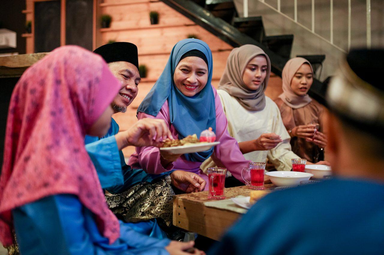 Familie spiser iftar