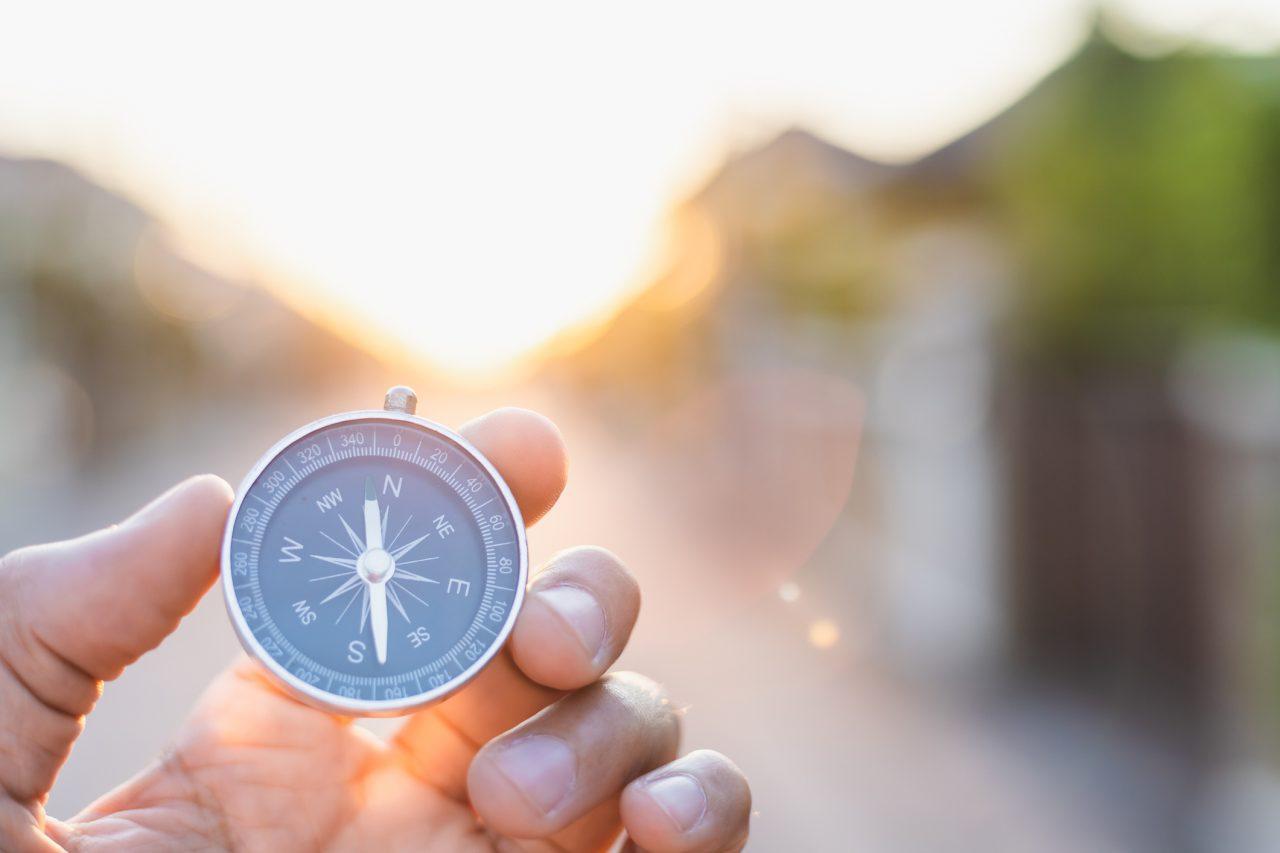 Mann holder et kompass