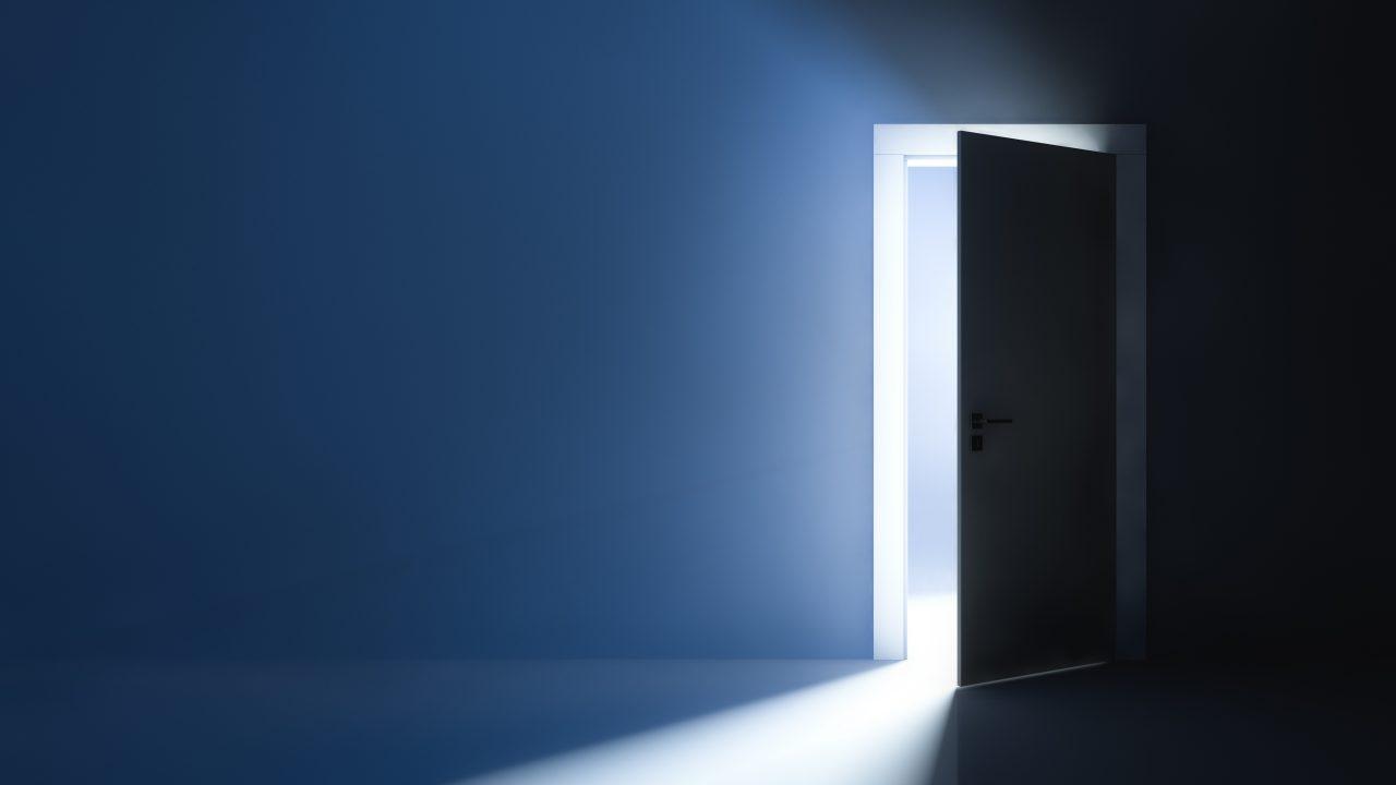 Åpen dør slipper inn lys