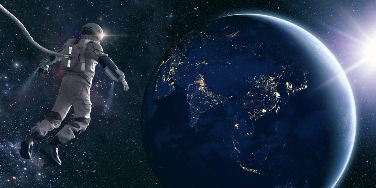 Astronaut ser ned på jorda