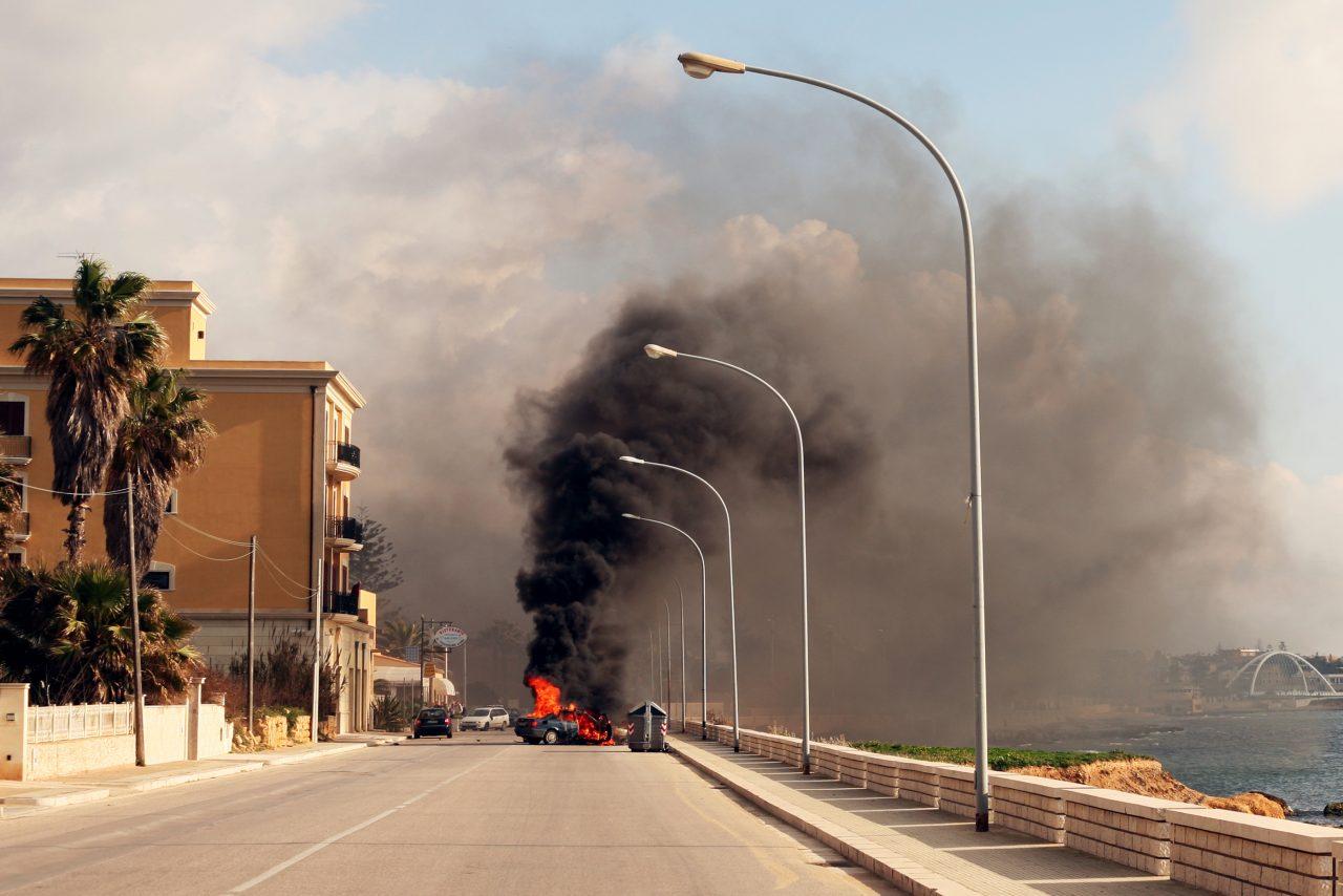 Brennende bil i veien