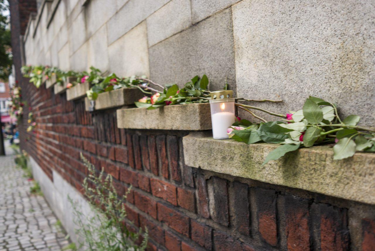 Roser lagt ned for å minnes de som gikk bort 22 juli