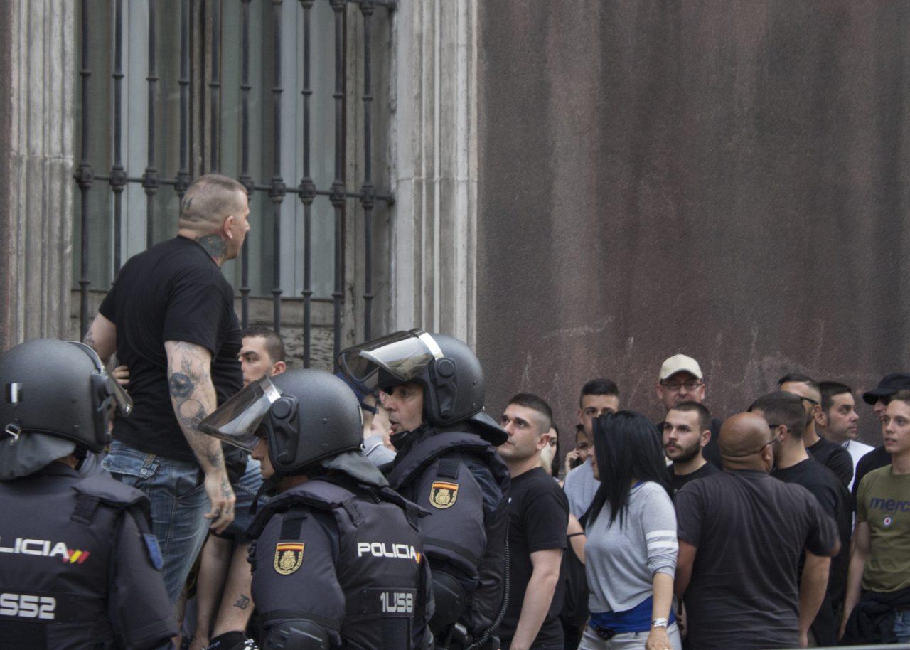 Nynazist omringet av politi