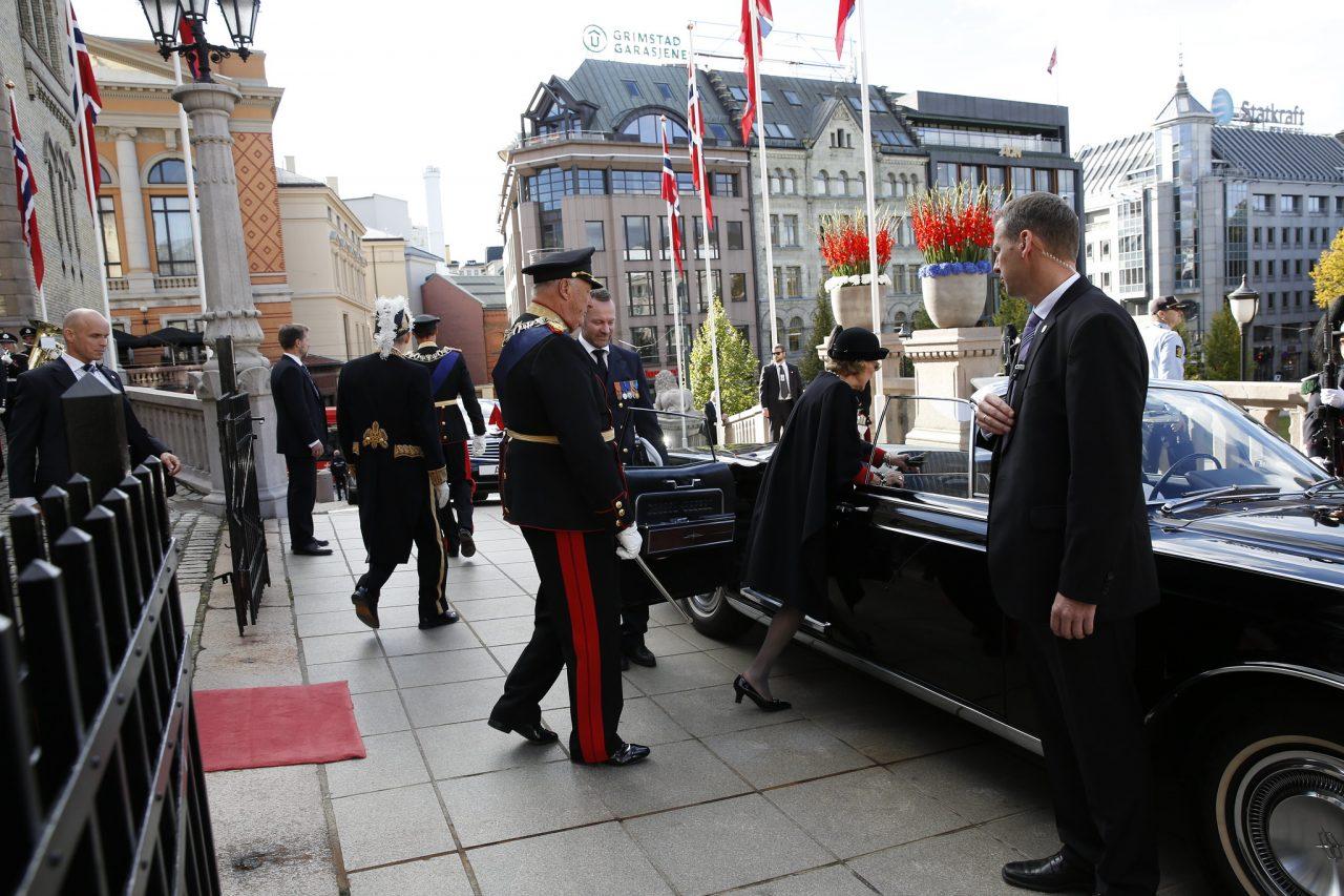 Hans Majestet Kong Harald i uniform på vei ut av Stortinget.