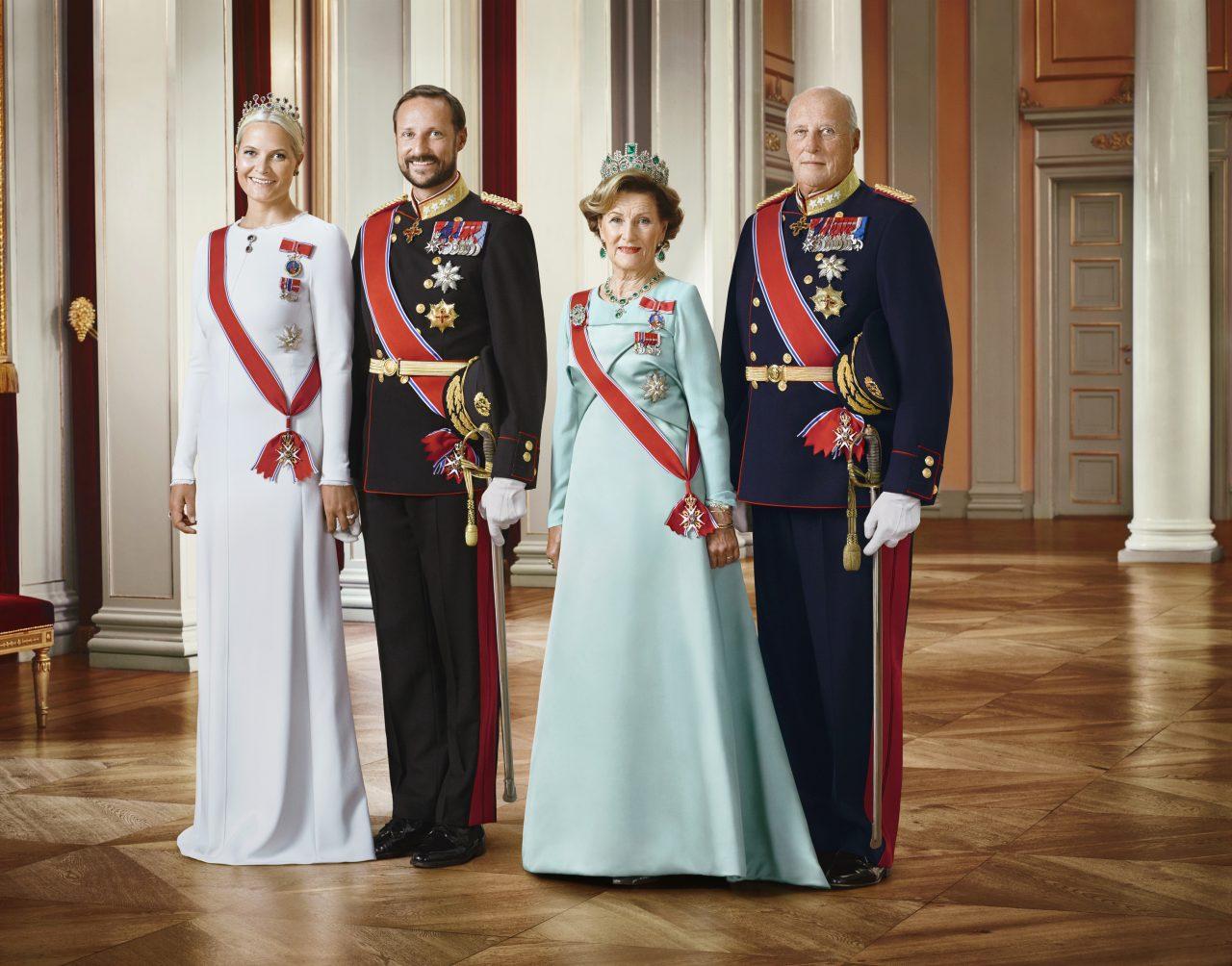Offisielt bilde av Deres Majesteter Kongen og Dronningen, Deres Kongelige Høyheter Kronprinsen og Kronprinsessen. Kongen og Kronprinsen i uniform, og Dronningen og Kronprinsessen i gallakjoler.