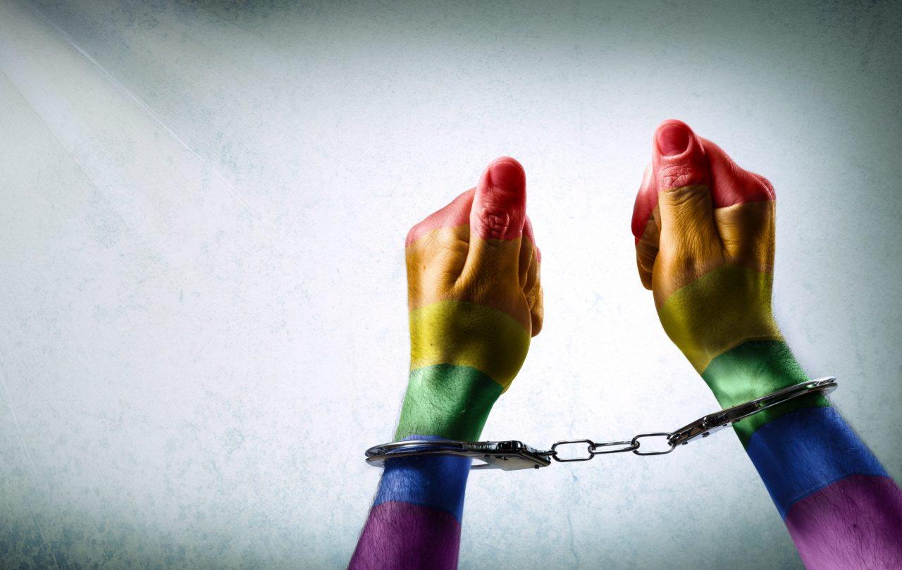 Regnbuefargede hender i håndjern