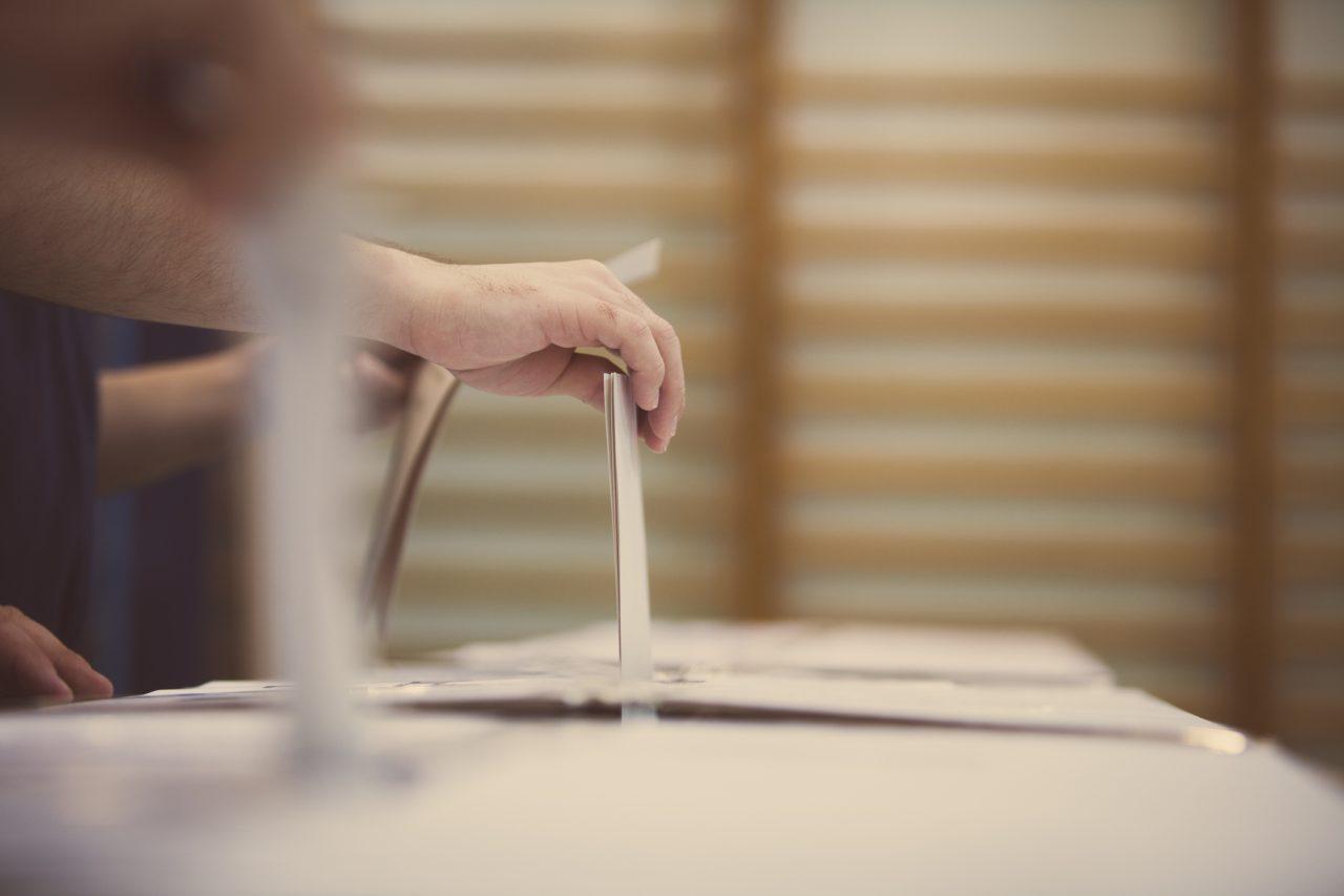 Stemmesedler som blir lagt i stemmeurne