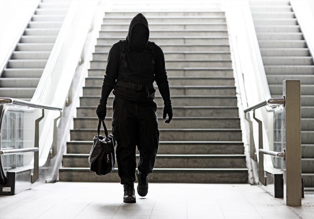 Mystisk mann i svarte klær