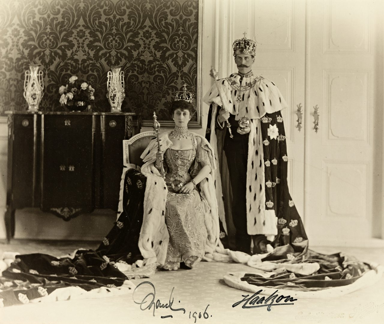 Offisielt kroningsbilde av kong Haakon VII og dronning Maud