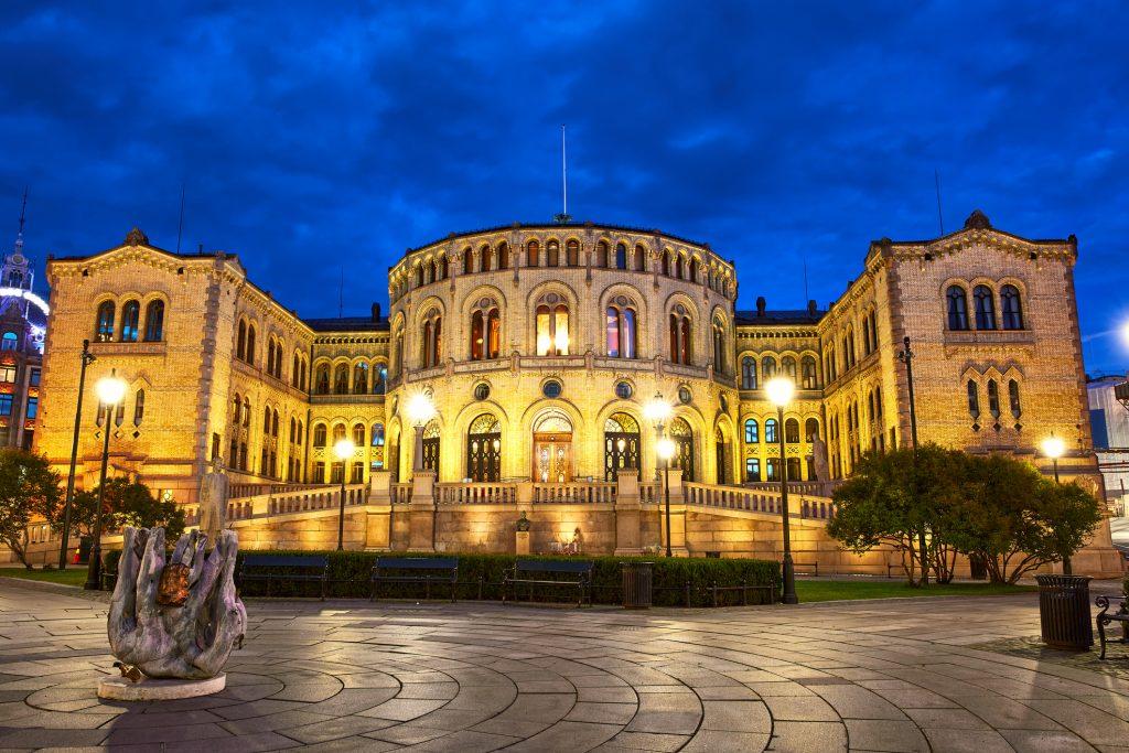 Bilde av Stortinget om kvelden