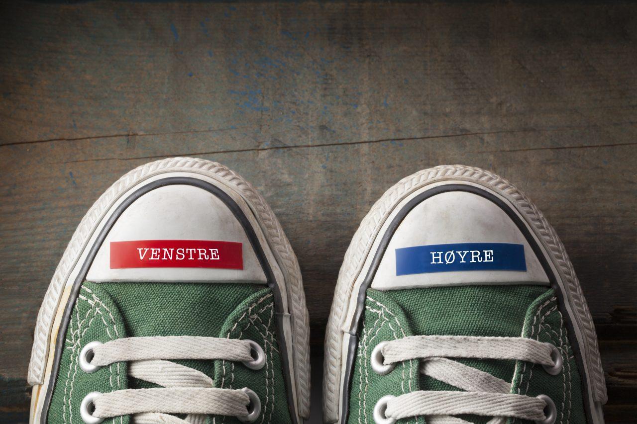 Converse sko sett ovenfra. På tuppen av høyre foter det klistret en blå Dymo-teipbit med teksten