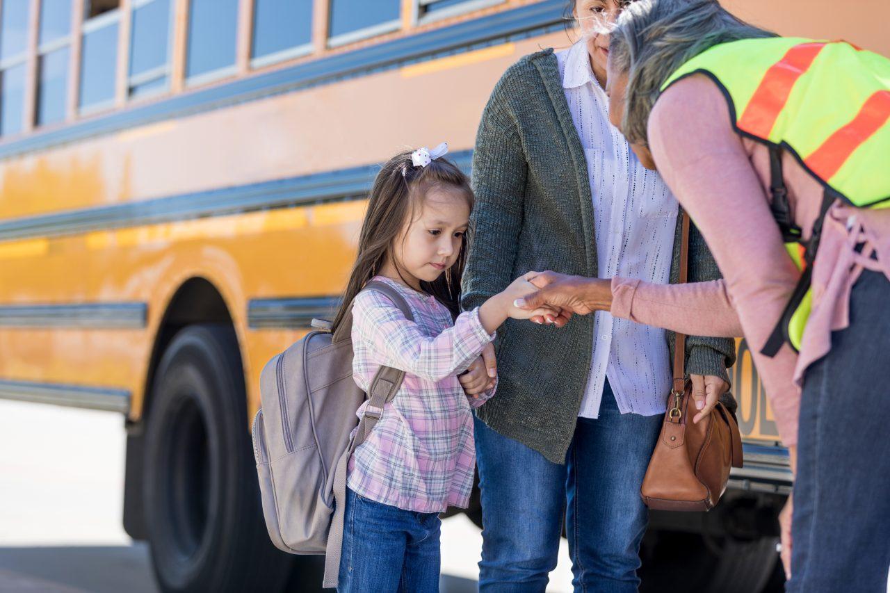 Sjenert skolejente hilser på bussjåfør