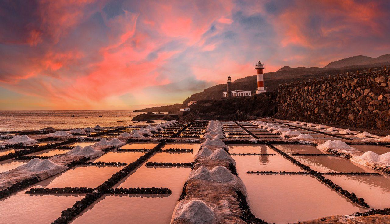 Saltutvinning fra havet på Kanariøyene. Bildet tatt i solnedgang
